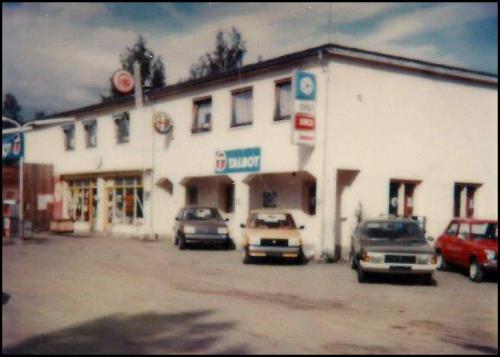 Nybiler foran salgskontoret (den gamle stua til Hans Juul)