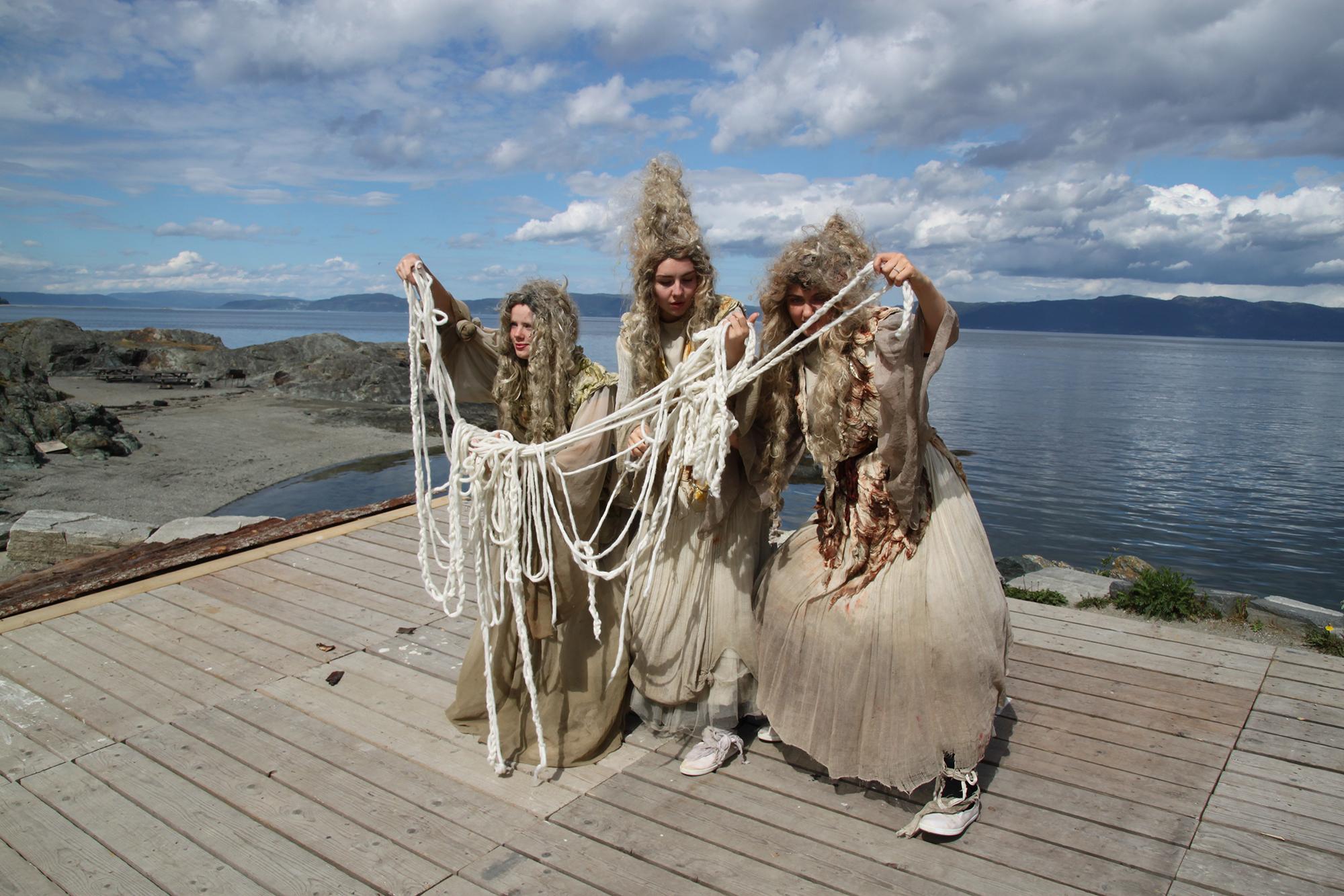 Andreårsstudenter koreograferer og danser skjebnegudinner i Korsvikaspillet