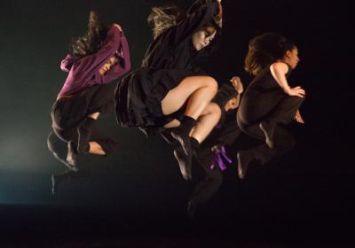 Avgangsstudenter danser med Panta Rei Danseteater